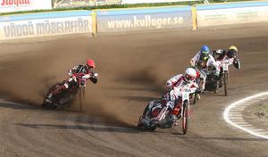 Redan i det första heatet visade före detta Rospiggsföraren Timo Lahti vad som gällde på sin gamla hemmabana. Han vann det första heatet före hemmalagets  John Lindman och Freddie Eriksson.