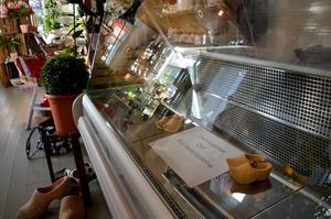 Efter att svenska vänner börjat fråga efter holländska ostar började paret Rejntjes också att sälja dem i sin butik.