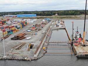 Balkarna som byggs till vänster och höger ska bära tyngden för containerkranarna. Foto: Gävle Hamn AB.