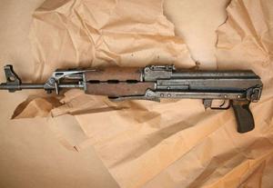 Automatkarbinen av märket Kalashnikov eller AK47 hittades invirad i en svart plastsäck i 22-åringens garderob i pojkrummet i Ronna. Foto: Polisen