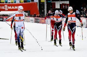 Oskar Svensson och norske Emil Iversen går i mål i en kvartsfinalen i sprinten i skidspelen i Falun i fjol, med Johannes Hösflot Kläbo precis bakom. Foto: Ulf Palm/TT