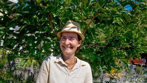 För åtta år sedan flyttade Henrika Kontala från Finland till Almviks gård i Järna. Det var i Finland hon utbildade sig till trädgårdsmästare. Över 40 personer gästade Henrikas trädgård under eventet Tusen trädgårdar som ägde rum den 1 juli.