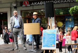 Delgivningsmannen fick vänta med sitt ärende. Först skulle Kjell Larsson intervjuas om sin bok av bokhandlare Lennart Bergström.