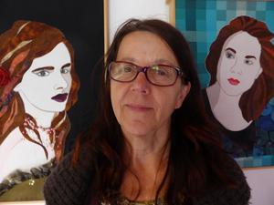 Harriet Revell med några av sina porträtt. Till höger sonhustrun Sofie, till vänster skådespelaren och sångerskan Juliette Lewis.