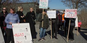 Lärarna, förskollärarna och fritidspedagogerna demonstrerar i Norrtälje. Det är ett resultat av de nya besparingar som tvingats fram på grund av att kommunens skolförvaltning inte haft tillräcklig koll på ekonomin. Så kan det inte fortsätta. Kommunen måste få bättre koll på skolans miljoner.