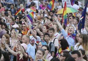 Tusentals människor i manifestation för HBTQ-rättigheter i Warsawa tidigare i år. Foto: AP Photo/Czarek Sokolowski