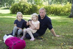 Nikkie Ferlin 6 år, Nova Ferlin 5 år och Andreas Ferlin satte sig under ett träd för att ta en liten paus. De bästa som tjejerna har köpt på loppmarknaden var en Fidget spinner och en liten basketkorg.