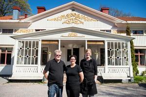 Svensk husmanskost temat för herrgårdens luncher. Per-Erik och Annette Söderberg tillsammans med Sara Hugg, kock.
