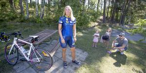 Sara Godman, döttrarna Agnes och Klara samt maken Björn är samlade på gräsmattan utanför bostaden i Järna. I morgon fredag ska Sara börja köra sina etapper i Ride of Hope.