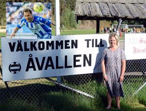 Lotta Daun Messing, ordförande i Nyhammars IF, välkomnar IFK Göteborg till Åvallen.Foto: TT/Stefan Ericson
