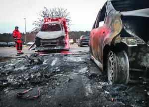 Bärgarna tog hand om de utbrunna bilarna på Råby.