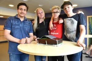 Radman Chacha, Julia Hamperud, Axel Ros Bergström och Albert Bälter visar upp deras projekt.