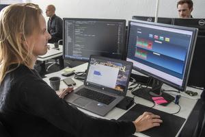 Programmeraren Tomas Olsson jobbar med en applikation som ska lära robotarna att förutse misstag.