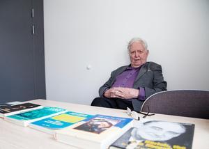 Hans Lindblad har skrivit ett tiotal böcker.