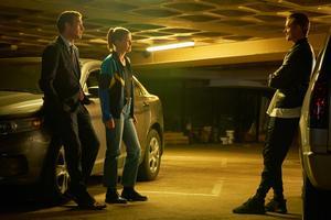 Joel Kinnaman får fint sällskap av Clive Owen och Rosamund Pike i dramathrillern