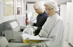 SGS DNA:s vd Carin Gillberg och bakom henne Fredrik Johansson. Bilden togs 2013 när Bbl/AT var på företagsbesök.