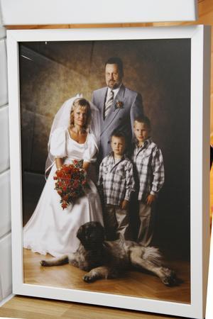 Ringarna är borta, men bröllopsfotot, med Marina och Ulf, och sönerna Tobbe och Ante, har de fått en kopia av.
