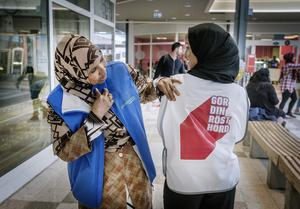 Awo Mohamed är nyfiken av budskapet på Intisar Hirabes tröja.