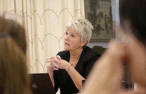 Pia-Maria Johansson (LPO) är mycket kritisk mot att kommunstyrelsens möten stängs. Hon kom också med flera tilläggsförslag, men de klubbades ned av majoriteten.