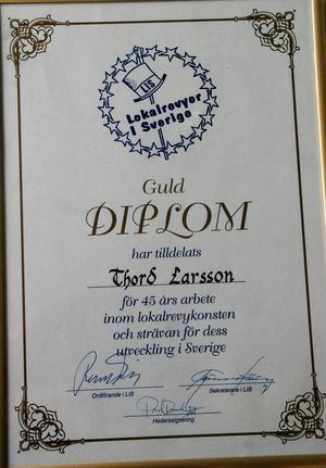Diplom från föreningen LISS efter 45 år som revyartist.