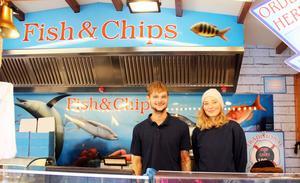 Dominic Meyer och Lisa Kallar är med i den Internationella matmarknaden för första året. De kommer från Tyskland och levererar fish and chips.