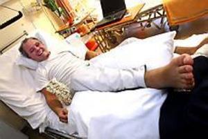 Foto: NICK BLACKMON Högläge.  Frakturen som Mikael Bergström ådragit sig var komplicerad och eventuellt väntade transport till Akademiska sjukhset för operation senare under kvällen. Adam Borgqvist, fyra år, hälsade på och försökte muntra upp.