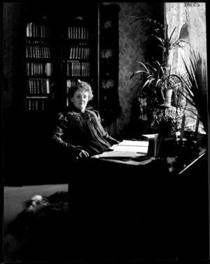 Alfhild Agrell vid sitt skrivbord.