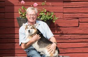 Örjan Kättström med hunden Ronja.