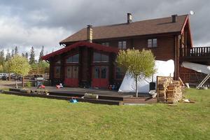 Exekutiv auktion. Villa belägen cirka 2 kilometer norr om centrala Sälen. Omgivningen består huvudsakligen av småhusbebyggelse, med naturmark och utsikt över Sälens skidområde mot Västerdalälven. Foto: Kronofogden.