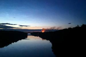 Branden syntes ända från Vätöbron.