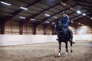 Klubben har i dag runt 90 elever som rider vid anläggningen i Gnarp. Här syns Moa Mill på hästen Kalle.