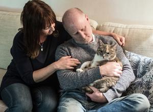 """Katten Kissen var viktig för Tobias, och nu för Marie-Louise och Pelle Marklund. """"Tobias ville ju att vi skulle hedra honom genom att göra saker tillsammans, att ha roligt, att ta hand om varandra"""" säger Pelle och Marie-Louise Marklund."""