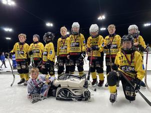 """Lördagens niomanna cup i Katrineholm så tog de hem 2:a platsen och silverbucklan med deras p12 lag. """"Bandyförbundet var på plats och utvärderade och intervjuade oss tränade och spelare"""", säger Olof Widaeus. Foto: Privat."""