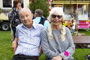 Hans och Ingrid Myrberg  tar del av folklivet på marknaden.