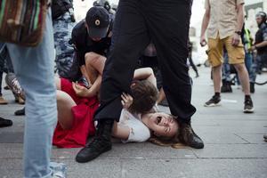 Inga Kudracheva skriker medan polisen försöker gripa hennes pojkvän under en osanktionerad protest i Moskva den 27 juli i år. Foto: Denis Sinyakov / AP