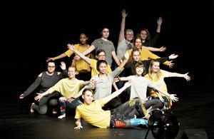 Hela ensemblen som kommer att stå på scenen i föreställningen med premiär lördag 15 februari.