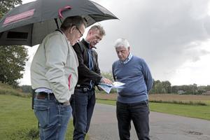Carl Morberg, Strömsholms fastigheter (mitten), vill bygga radhus i Strömsholm. Politikerna Tony Frunk (S) och Sigge Synnergård (L) var på plats för att studera planerna.