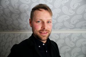 Jonas Weimer är grundskolelärare och jobbar på Irstaskolan i Västerås. Nu kämpar han för att få charterbolagen att erbjuda tågcharter.