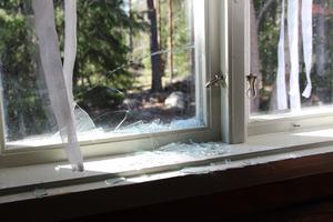 Ett stort antal fönsterrutor var krossade på scoutstugan, vissa av dem från insidan.