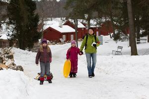 Utflykt till museum. Margareta Welin med barnen Indra och Nova Melin hade åkt från Tillberga för att besöka Vallby friluftsmuseum. De gick en tipspromenad, var med på skaparverkstaden, tittade på djuren samt åkte pulka och bob.