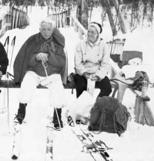 """Anders Diös och dottern Brita Norén pustar ut i skidbacken. Ur boken """"Anders Diös 75 år"""", redaktör Bruno Schedin."""