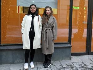 """I lokalen som skymtar bakom Estefania Coral Andrade och Johanna Björkman öppnas den förpackningsfria butiken. """"Kunder som inte har kärl med sig kommer antingen att kunna köpa, låna eller hyra kärl"""", säger de."""