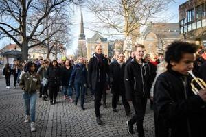 Biskop Mikael Mogren går tillsammans med 1300 ungdomar från en mässa i Västerås domkyrka till en festkväll på Aros Congress Center. Bilden är tagen i samband med 2017 års