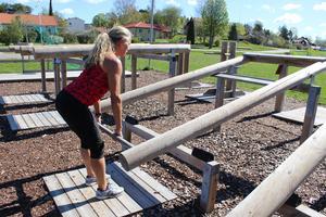 För att utföra marklyft korrekt är det viktigt att tänka på hållningen. Ställ benen med i linje med dina axlar och håll ryggen helt rak.