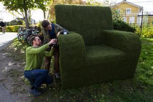 Konstnär Pavel Matveyer och Konstnär och scenograf Åsa Norling färdigställer den gröna fåtöljen.