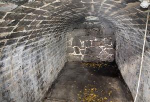 Iskällaren har fyra meter i takhöjd och en tunnvälvd konstruktion av murad slaggsten som troligen inte är original. Längst bort i taket kan man se ett hål där vatten trängt in i gråstensmuren.