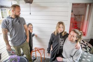 I ett inglasat uterum kan Mattias Nilsson och Lotta Svensson samt hennes barn Emil och Melker Norberg kika in genom ett fönster i hönshuset.