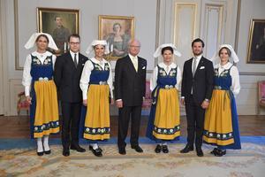 Prinsessan Madeleine, prins Daniel, kronprinsessan Victoria, kung Carl XVI Gustaf, drottning Silvia, prins Carl Philip och prinsessan Sofia vid nationaldagsmottagningen på Stockholm slott i samband med nationaldagsfirandet 2019.