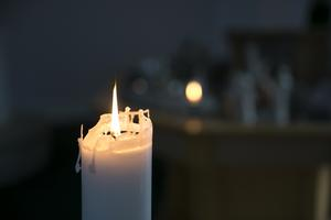 Tända ljus och stilla musik möter besökare i Kvarnsvedens kyrka.