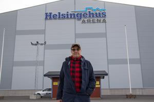 Mästarbacken Kjell Englund jobbade under sitt yrkesliv i byggbranschen. De kunskaperna använder han nu när han ideellt hjälper till att bygga bandyhallens läktare.